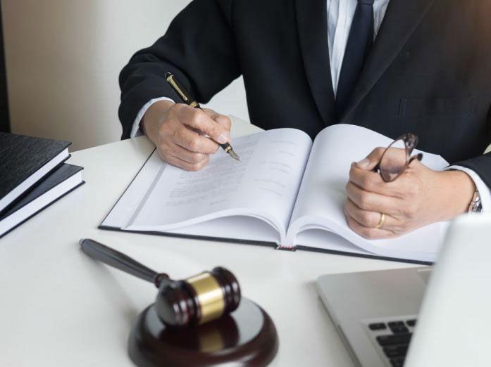 juez firmando tutela